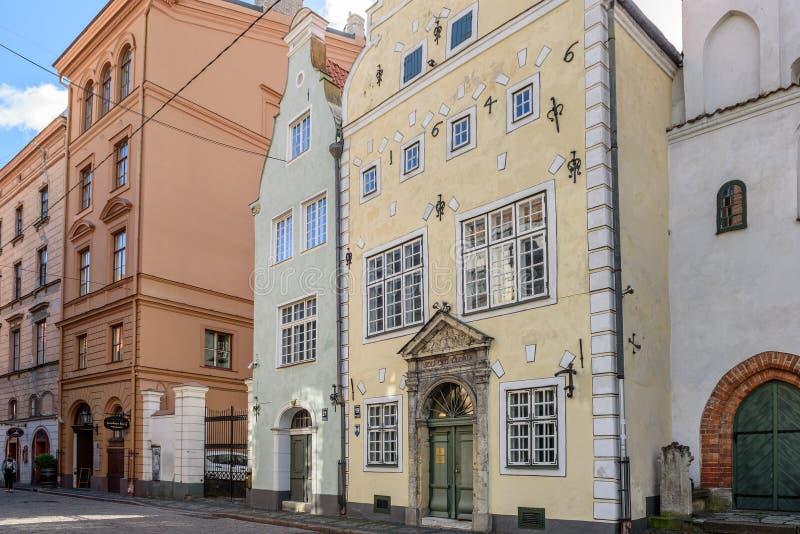 Традиционная узкая улица в старом городке города Риги, Латвии стоковое изображение rf