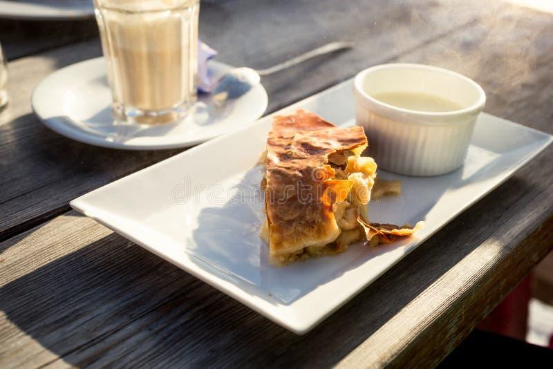 Традиционная штрудель яблока с ванильным соусом на старом деревянном столе стоковое изображение