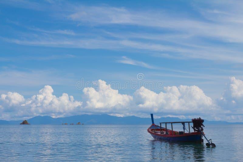 Традиционная шлюпка в море на к югу от Таиланде стоковые изображения rf