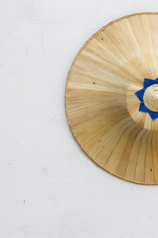 Традиционная шляпа ладони для азиатских фермеров на белой стене стоковая фотография