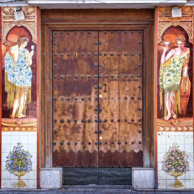 Традиционное керамическое Azulejos украшая дверь в Triana, Севилье стоковые изображения rf