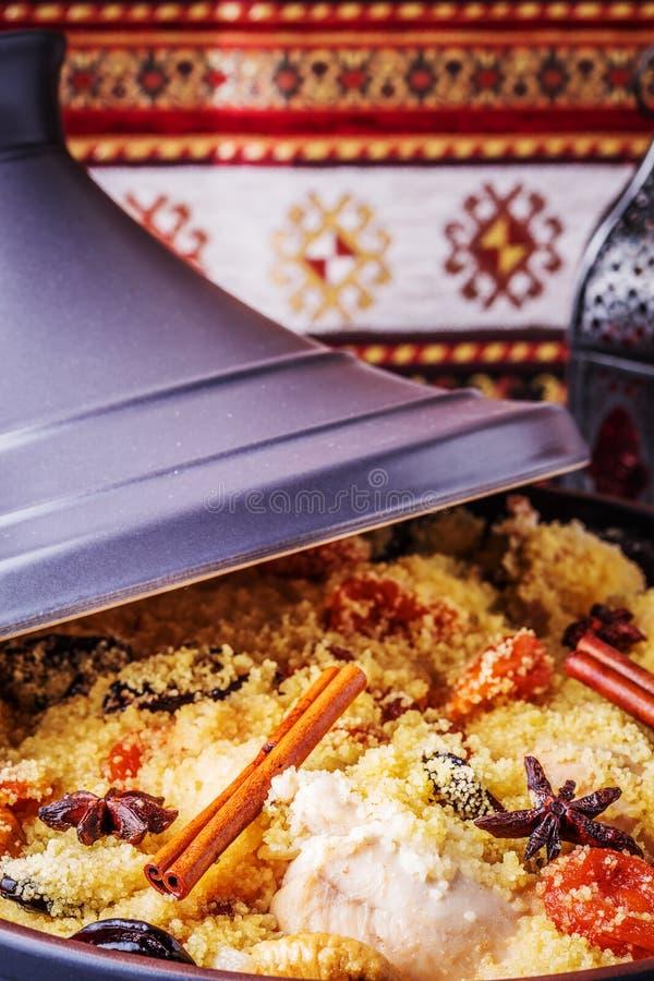 Традиционное морокканское tajine цыпленка с высушенными плодоовощами и spi стоковое изображение rf