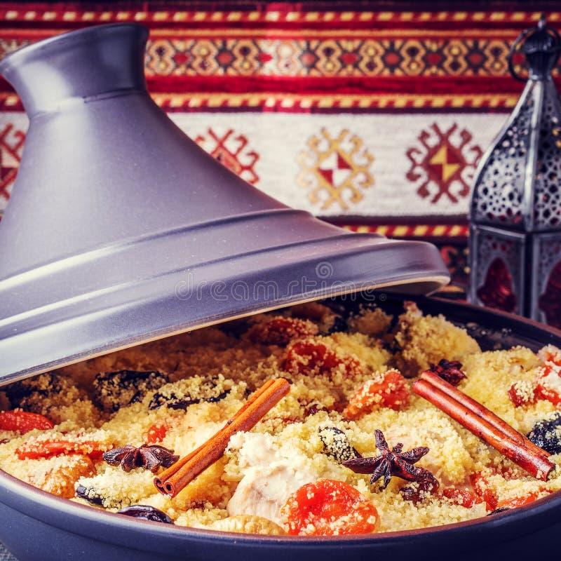 Традиционное морокканское tajine цыпленка с высушенными плодоовощами и spi стоковая фотография rf