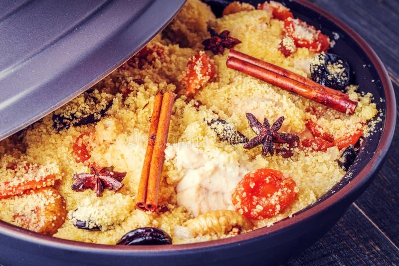 Традиционное морокканское tajine цыпленка с высушенными плодоовощами и spi стоковое фото