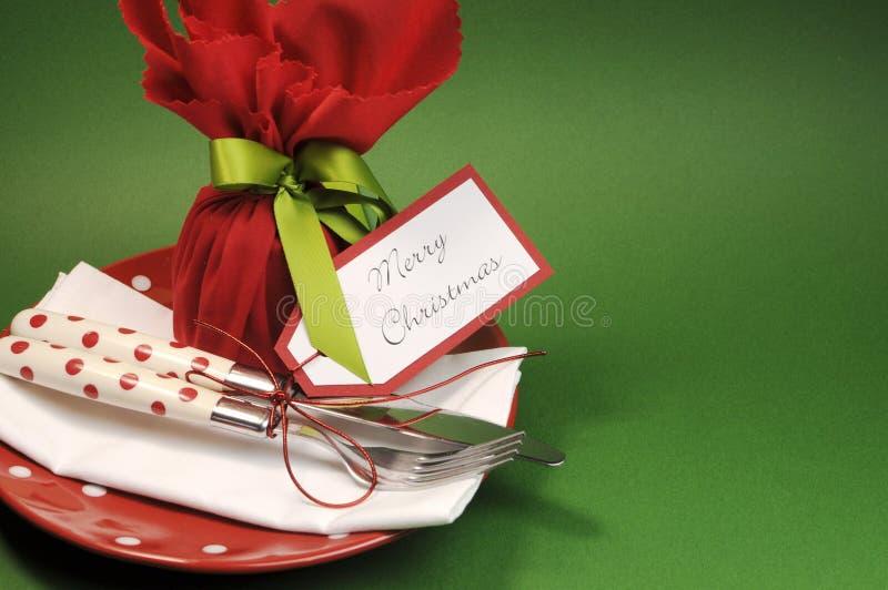 Традиционное с Рождеством Христовым урегулирование места обеденного стола с пудингом сливы, с космосом экземпляра стоковые фото