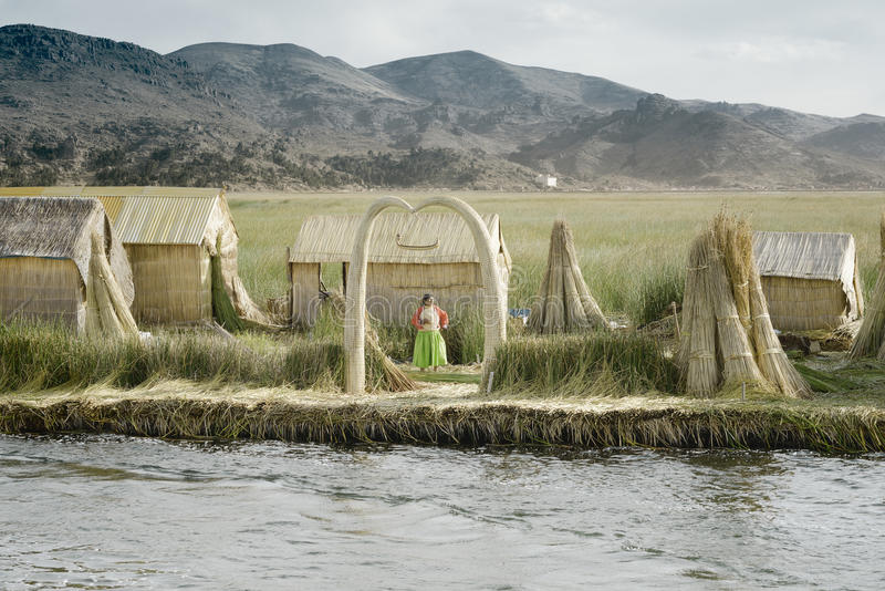 Традиционно одетая женщина Aymara на островах Uros плавая стоковое фото