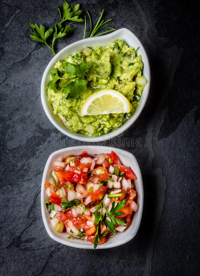 Download Традиционные латино-американские соусы гуакамоле и сальса намечают предпосылку Стоковое Изображение - изображение насчитывающей латинско, черный: 81802501