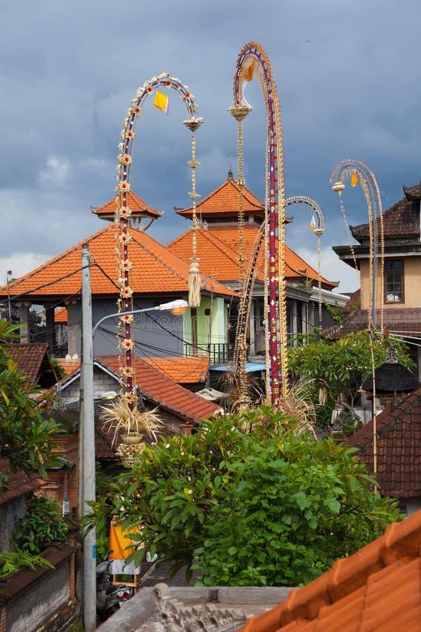 Традиционные балийские крыши и церемониальные бамбуковые украшения, Ubud стоковое изображение