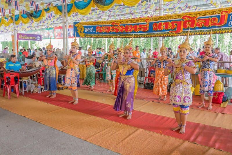 Традиционные буддийские люди идут к виску на день Makha Bucha религиозных церемоний стоковое изображение rf