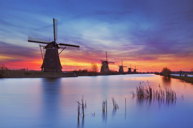 Традиционные ветрянки на восходе солнца, Kinderdijk, Нидерландах стоковые изображения