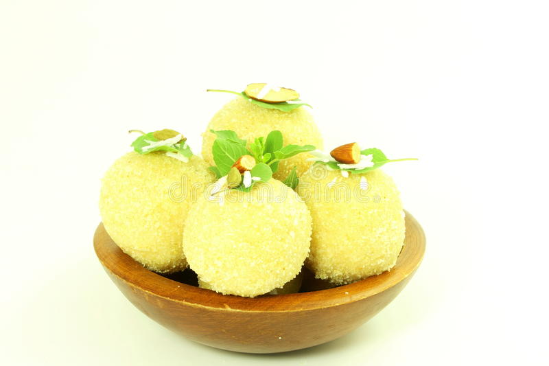 Традиционные индийские laddu или ladu помадок в белой предпосылке стоковые фото