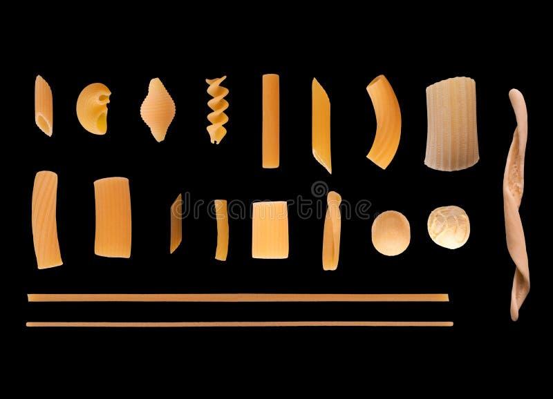 Традиционные итальянские макаронные изделия, элегантная лоснистая черная предпосылка стоковая фотография rf