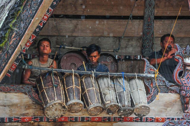 Традиционные музыканты Batak играя в острове Samosir стоковая фотография rf
