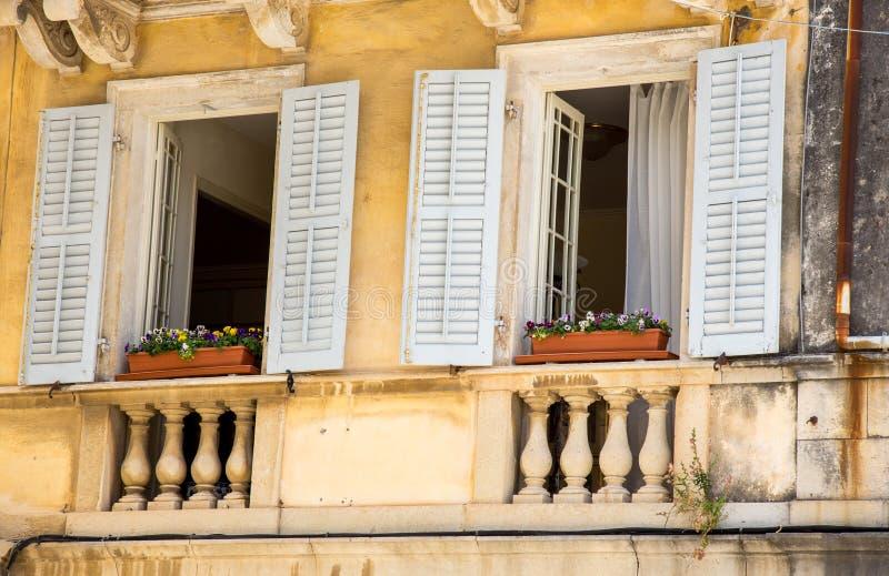 традиционные окна стоковая фотография