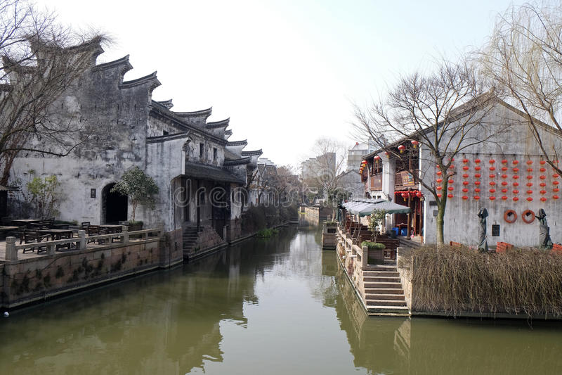Традиционные дома вдоль грандиозного канала, древний город Yuehe в Jiaxing, Китае стоковая фотография