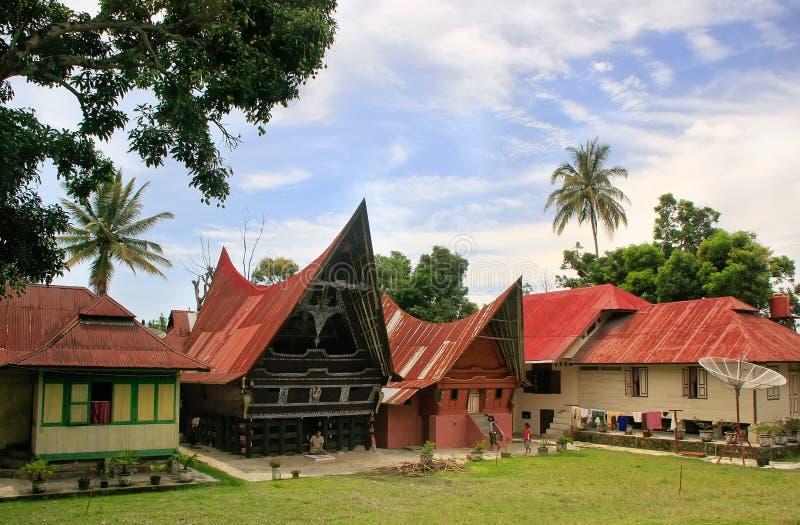 Традиционные дома Batak на острове Samosir, Суматре, Индонезии стоковые фотографии rf