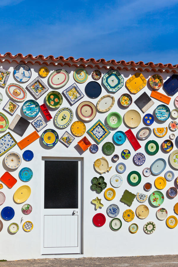 Традиционные португальские плиты гончарни на стене в Алгарве стоковая фотография rf