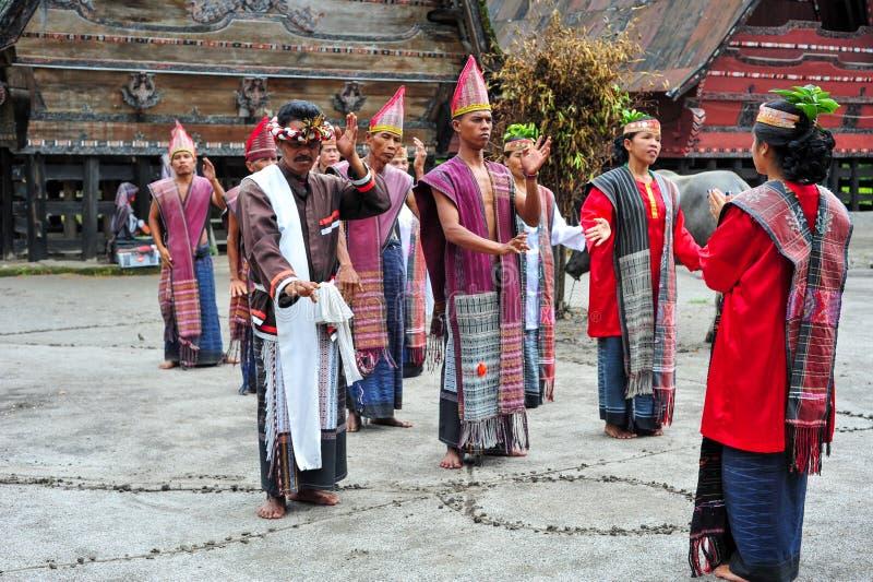 Традиционные танцоры Batak в озере Toba стоковая фотография rf