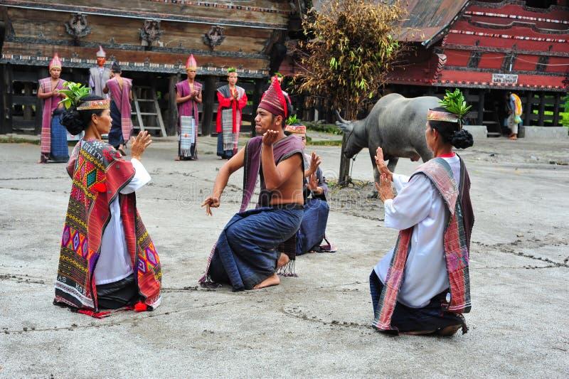 Традиционные танцоры Batak в озере Toba стоковые изображения rf