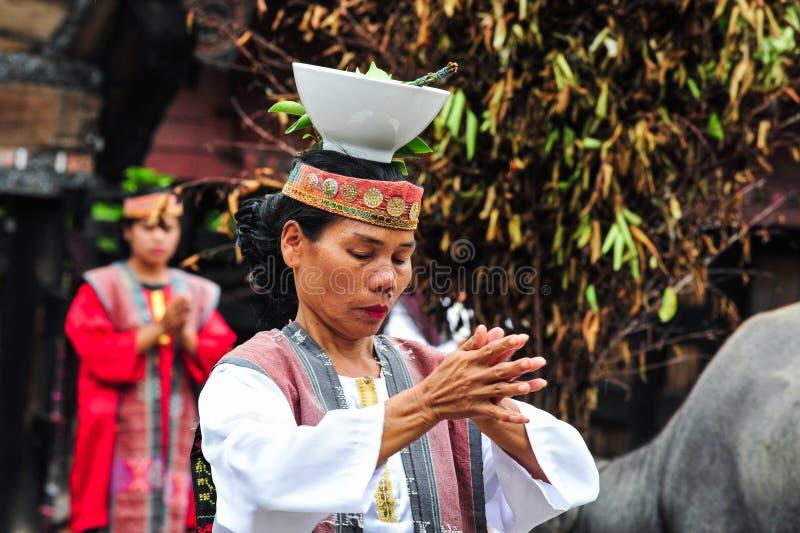 Традиционные танцы танцора Batak в острове Samosir стоковая фотография rf