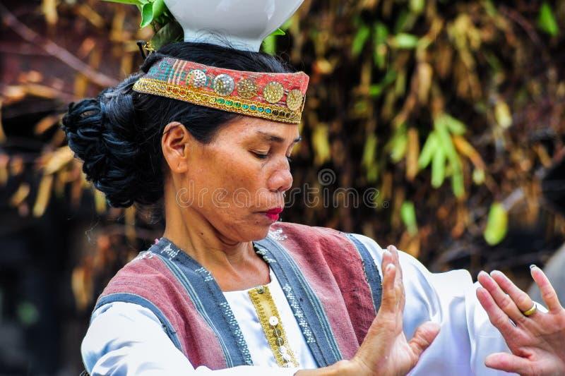 Традиционные танцы танцора Batak в острове Samosir стоковые изображения