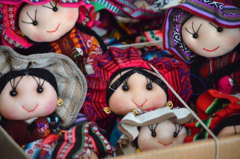Традиционные тряпичные куклы на рынке стоковые фотографии rf