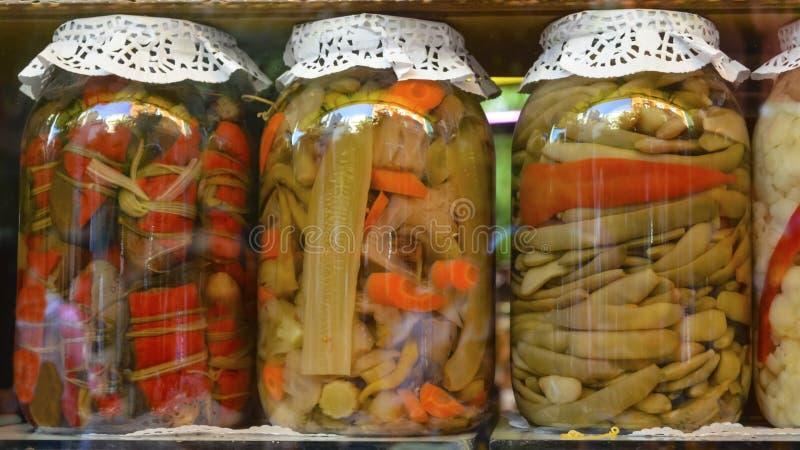 Традиционные турецкие соленья различных фруктов и овощей стоковые фото