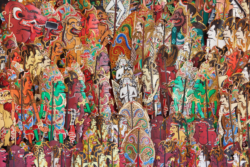 Традиционные характеры индонезийской выставки марионеток тени - kulit wayang стоковые фото