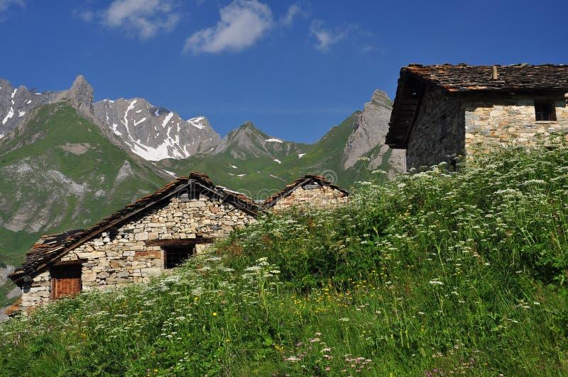 Традиционные хаты горы, итальянка Альпы, Aosta Valley. стоковые изображения rf