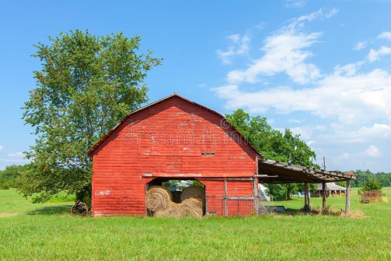 Традиционный американский красный амбар с голубым небом около Landrum, Южной Каролины стоковые фото