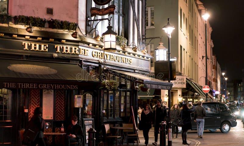 Традиционный английский паб 3 борзой в районе Лондоне Великобритании Лондона SOHO стоковое изображение