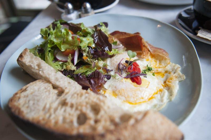 Традиционный будучи послуженным завтрак стоковое изображение rf