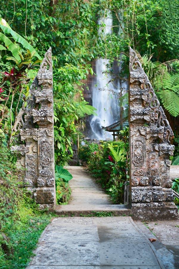 Традиционный двойной каменный строб на водопаде стоковые изображения
