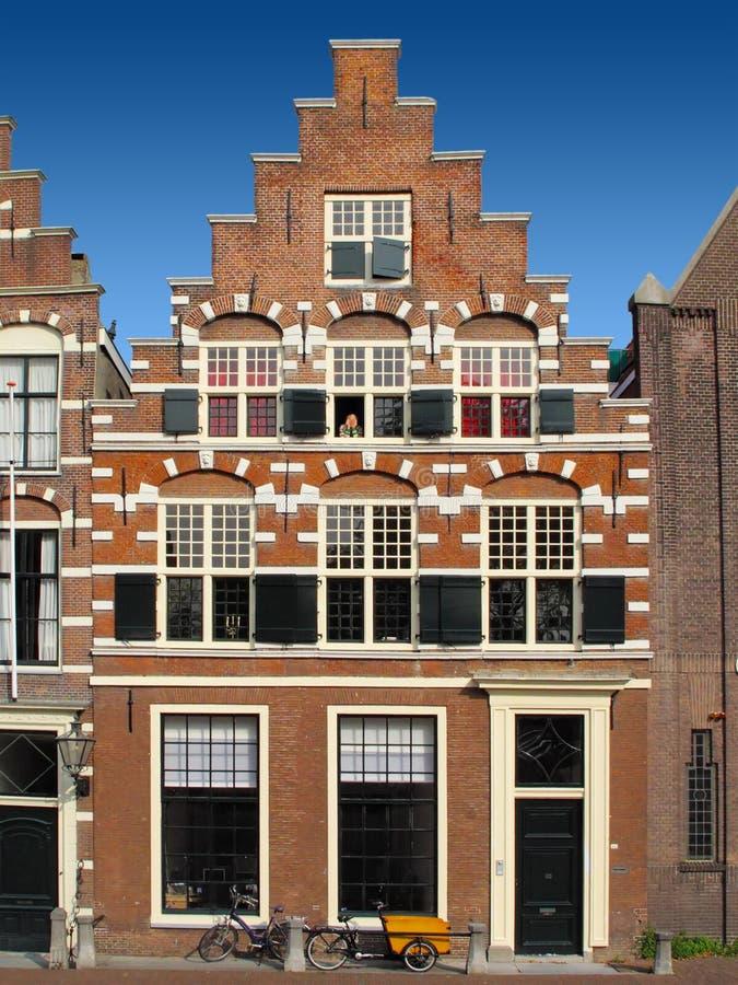 Download Традиционный голландский дом Стоковое Фото - изображение насчитывающей конструкция, центр: 33729794