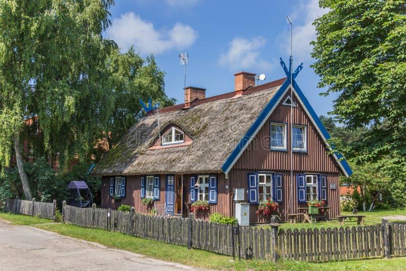 Традиционный деревянный дом на вертеле Curonian стоковое фото rf