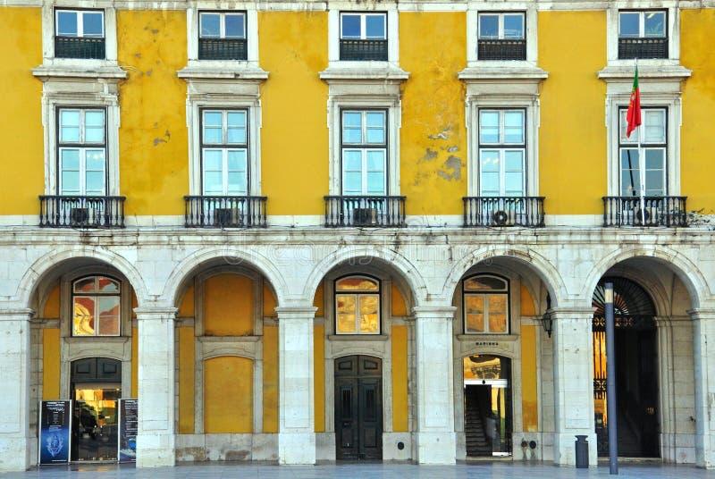 Традиционный желтый дом в Лиссабоне, Португалии стоковая фотография rf
