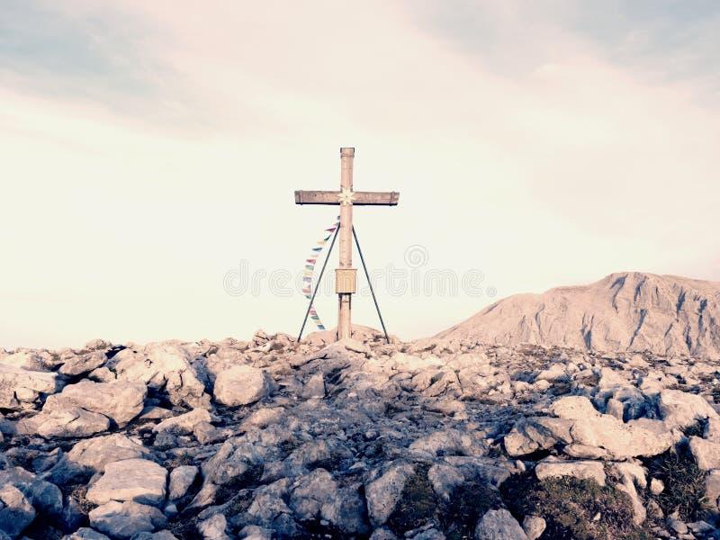 Традиционный крест на верхней части горы в горной вершине Перекрестный памятник к мертвым альпинистам стоковое изображение