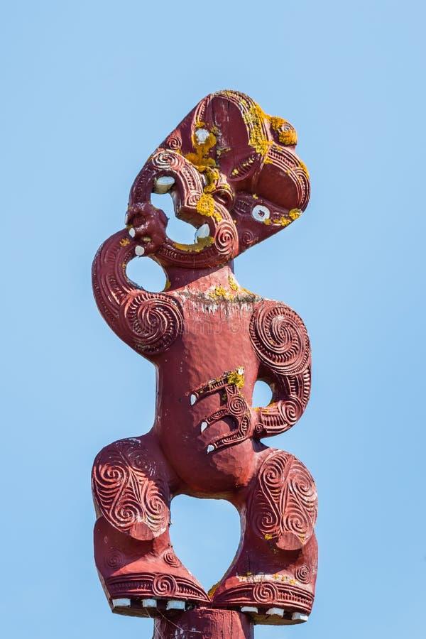 Традиционный маорийский деревянный тотемный столб против голубого неба стоковые изображения rf