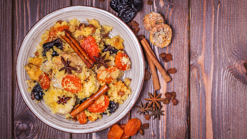 Традиционный морокканский цыпленок с высушенными плодоовощами и специями стоковое фото
