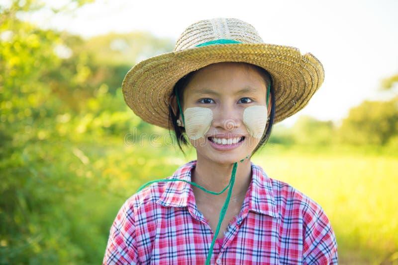 Традиционный молодой бирманский женский фермер стоковые изображения rf