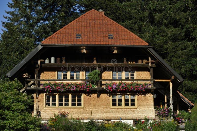Традиционный дом в черном лесе, Германия стоковая фотография rf