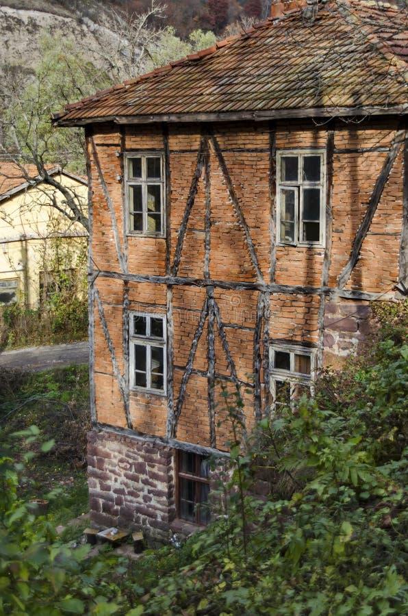 Традиционный дом с старой старой конструкцией в Lakatnik стоковое фото rf