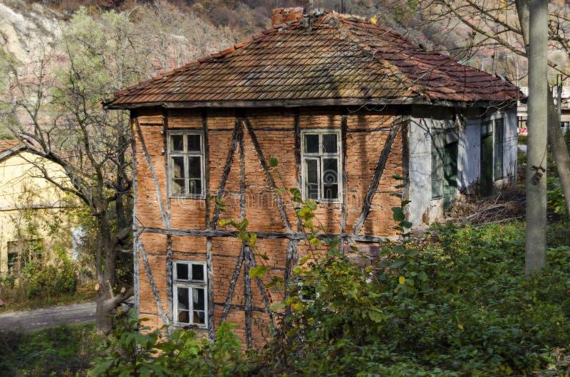 Традиционный дом с старой старой конструкцией в Lakatnik стоковое изображение rf