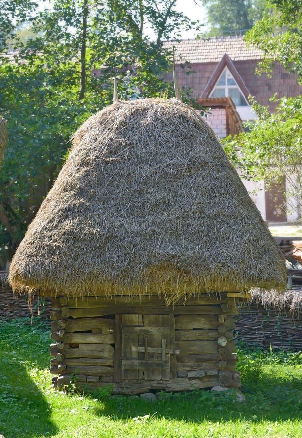 Традиционный румынский амбар с крышей соломы стоковая фотография rf