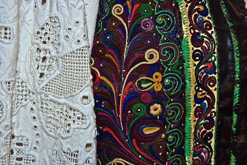 Традиционный румынский костюм людей. Деталь 15 стоковые фотографии rf