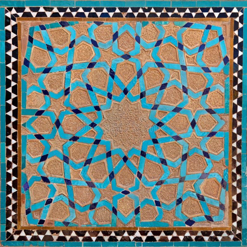 Традиционный старый исламский дизайн сделанный из глины Брайна и голубых плиток в Yazd стоковое изображение