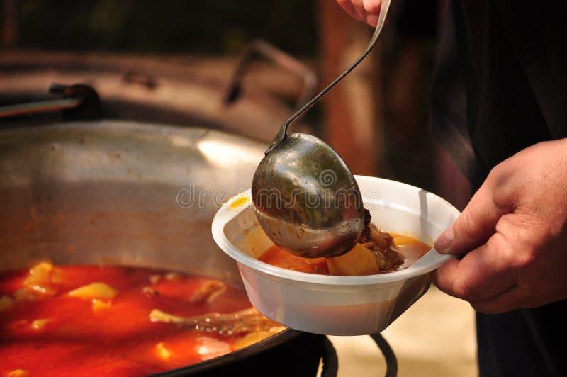 Традиционный суп гуляша варит в котле стоковое изображение