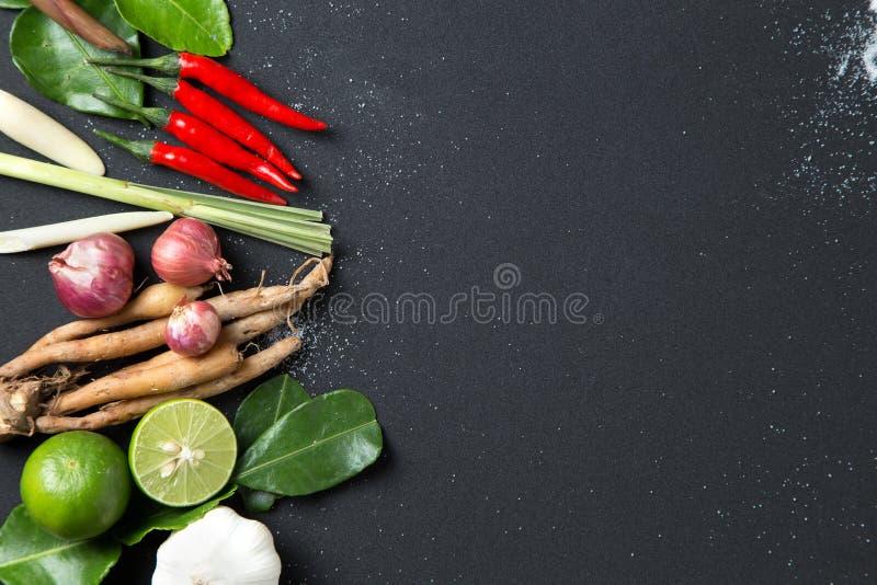 Традиционный тайский ингридиент травы кухни еды супа Тома Yum пряного на черной предпосылке стоковые изображения rf