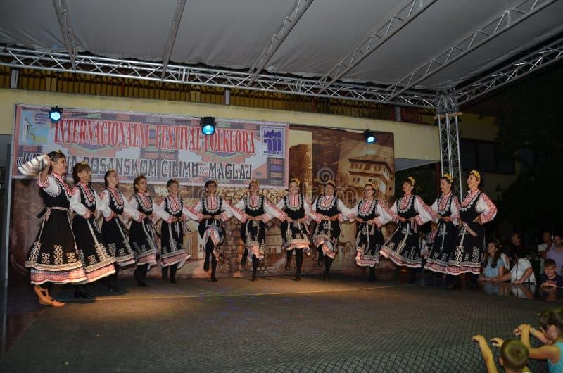 Традиционный танец в традиционном костюме стоковое фото