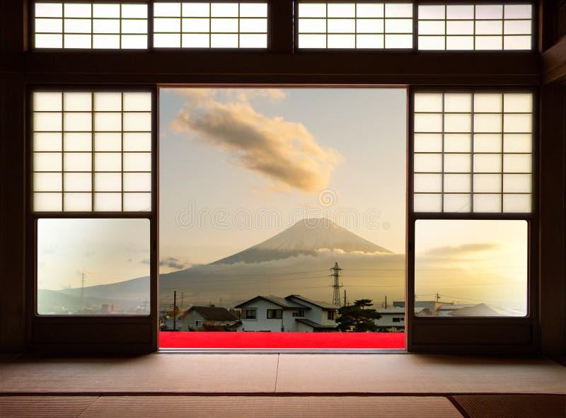 Традиционный японский крытый дом и бумажные раздвижные двери и t стоковые фотографии rf